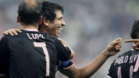 UTLIGNING: Valerón gratuleres av lagkameret Alberto Lopo etter å ha satt inn 2-2.  (Foto: SUSANA VERA/REUTERS)