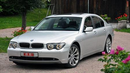 Den er lekker - BMWs 7-serie fra 2002. (Foto: Gunnar Omsted)