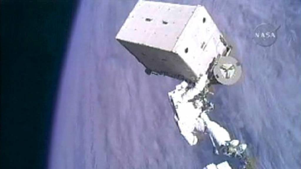 LUFTIG LØFT: Her setter Christer Fuglesang romrekord i styrkeløft idet han manøvrerer en ammoniakktank på 800 kilo under en romvandring natt til fredag.  (Foto: NASA TV/REUTERS)