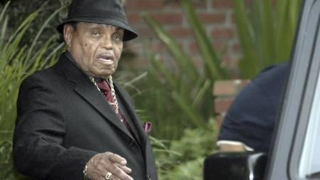 JOE   JACKSON: Michael Jacksons far, Joe Jackson, på vei til sønnens begravelse.   (Foto: Nick Ut/AP)