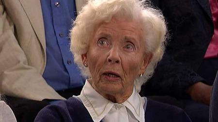 Elisabeth Eitveit (91) ble brutalt overfalt og ranet midt på lyse dagen for en måned siden. Onsdag kveld møtte hun til debatt på TV 2.  (Foto: TV 2)