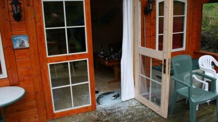 De ødelagte dørene var spesialbestilt fra Finland. (Foto: Privat)