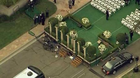 GRAVSTEDET: Gjester har begynt å innta seremonistedet på gravstedet   Forest Lawn i Glendale, Los Angeles. (Foto: AP)