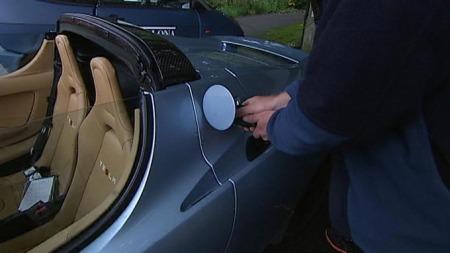 Hauge viser hvordan bilen fylles - med strøm.