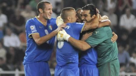 SLO GEORGIA: Italia vant takket være to selvmål av Serie A-proffen Kakha Kaladze.  (Foto: Badri Katiladze/AP)