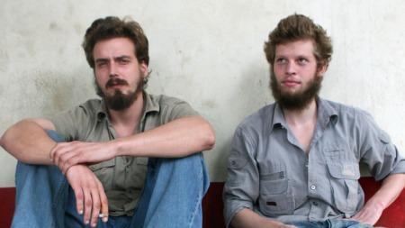 TILTALTE: De to drapstiltalte nordmennene Tjostolv Moland og Joshua French utenfor i rettslokalet i Kisangani. (Foto: Vegard Vatn/SCANPIX)