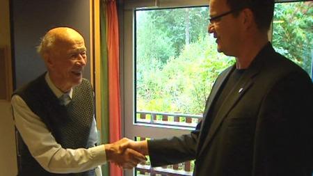 94-åringen er takknemlig for at bygdas ordfører nå har ordnet med internett på gamlehjemmet. (Foto: TV 2)