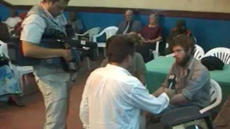 INTERVJU: Tjostolv Moland og Joshua French ble intervjuet av TV 2s reporter Fredrik Græsvik like før rettssaken starter. (Foto: TV 2)