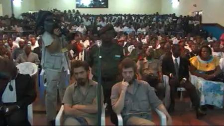 INTERESSE: Det er en enorm interesse rundt rettsaken til de to nordmennene i Kongo. Det var ikke flere ledige sitteplasser i rettsalen da dommen skulle leses opp.  (Foto: TV 2)
