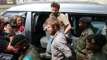 ANKOMMER: De tiltalte møtte norsk presse da de ankom rettsalen tirsdag morgen.  (Foto: Fredrik Græsvik/ TV 2)