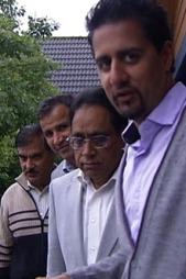 Abid Q. Raja med sitt valgkampaskineri. (Foto: TV 2)