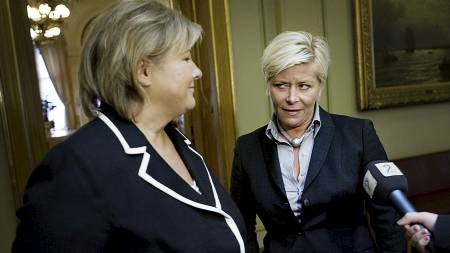Det var iskaldt mellom de to partilederne da de møttes for fellesfotografering i vandrehallen på stortinget mandag.  (Foto: Josefsen, Jon-Michael/Scanpix)