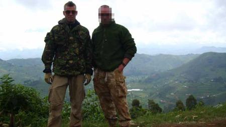 VAR I KONGO: Joshua French (t.v.) sammen med den britiske ekskollegaen i Kongo i 2008. Bildet er tatt i et fjellpass på vei tilbake til Uganda etter et oppdrag de to utførte inne i Kongo. (Foto: Privat)