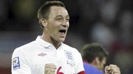 RASENDE:   John Terry hevder at han ble spyttet på i kampen mot Kroatia. (Foto:   Tim Hales/AP)