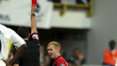 UTVIST: Dommer Andre Marriner viser Paul Scholes det røde kortet.  (Foto: TOM HEVEZI/AP)