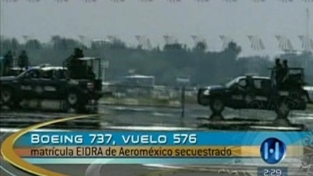 Soldater på vei ut mot det kaprede flyet.