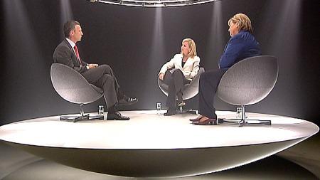 Programleder Christine Korme ledet debatten inn på regjeringsalternativer, økonomisk politikk, privatisering og velferd under onsdagens utgave av «Din neste statsminister». (Foto: TV 2)