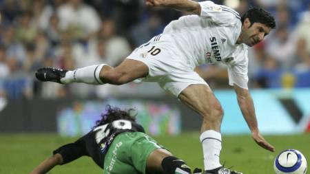 TIL REAL: Luis Figo gikk fra Barcelona til Real Madrid i 2001.  (Foto: PHILIPPE DESMAZES/AFP)