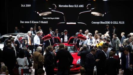 Nysgjerrige journalister flokker seg rundt bilene på Mercedes-standen. De tyske merkene er bokstavelig talt på hjemmebane i Frankfurt og legger store summer i standene sine, finanskrise til tross. (Foto: JOHANNES EISELE, Scanpix)