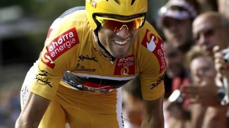 VINNER GULLTRØYEN: Kun en velt kan frata Alejandro Valverde sammenlagtseieren i Vueltaen. (Foto: JAIME REINA/AFP)