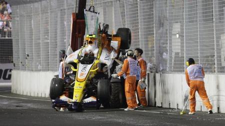 Nelson Piquets bil blir fjernet fra banen i Singapore 2008. (Foto: STR, Scanpix)