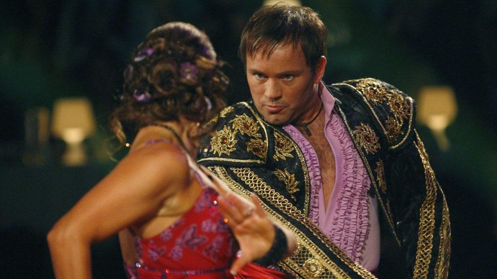 Mikkel Gaup og Therese Cleve danser Pasodoble i «Skal vi danse» 2007 (Foto: Lise Åserud/SCANPIX)