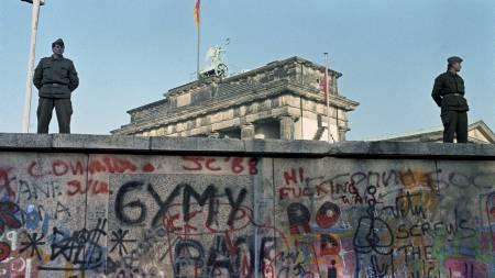 BEVOKTET: Muren mellom øst-Tyskland og Vest-Tyskland ble godt bevoktet. (Foto: Moen, Jørn H./SCANPIX)