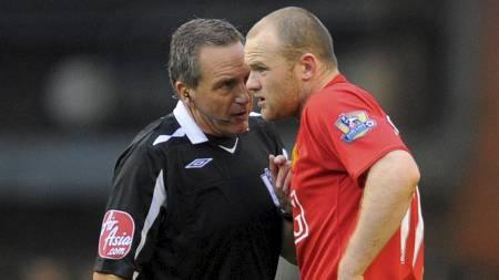 Alan Wiley i samtale med Wayne Rooney i en tidligere kamp der Wiley var hoveddommer. (Foto: ANDREW YATES/AFP)