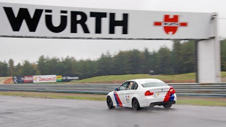 Racingrigga BMW 325i med hjelpemidlene på er en bra banabil   for nybegynnere. (Foto: Sigmund Bade)