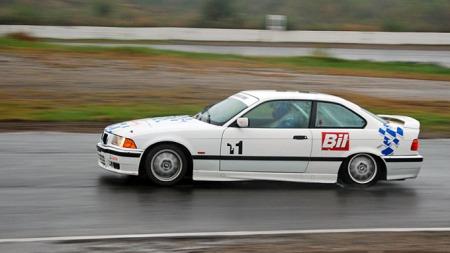 Ut av slaktern er det veldig   lett å få hjulspinn med en BMW E36 uten hjelpemidler. (Foto: Sigmund   Bade)