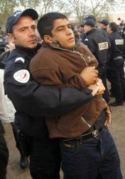 Asylsøkerne som ikke gikk frivillig ut av leiren ble båret ut av politiet.   (Foto: AP/SCANPIX, ©BC HY**TOK**)