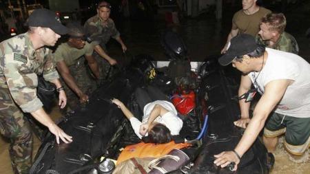 Amerikanske soldater deltar i hjelpearbeidet på Filippinene. Her frakter de en gravid kvinne bort fra sitt oversvømte hus i Pasig by, øst for Manila. (Foto: Reuters)