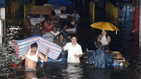 Filippinere forsøker å redde eiendeler etter flommen oversvømte deres hjem i Laguna-provinsen på Filippinene. (Foto: EPA/Dennis M. Sabangan)