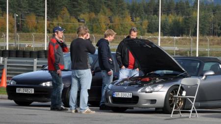 Fine biler, fint vær og blide mennesker! (Foto: Sigmund Bade)
