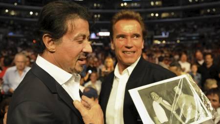 Skuespiller Sylvester Stallone og Californias guvernør Arnold Schwarzenegger så kampen ringside i Staples Center i Los Angeles. (Foto: MARK RALSTON/AFP)