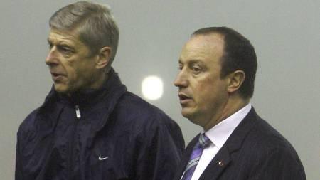 FÅR MOURINHO-REFS: Arsene Wenger og Rafael Benitez. (Foto: PAUL ELLIS/AFP)