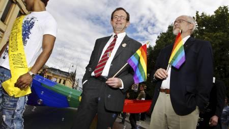 Erling Lae har i mange år vært åpen om sin homofile legning. Her går han først i paraden under Skeive Dager i 2008 sammen med partneren Jens Torstein Olsen. (Foto: Larsen, Håkon Mosvold/SCANPIX)