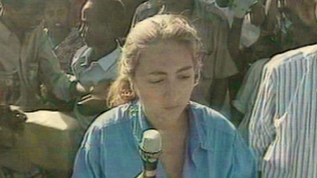 DREPT PÅ JOBB: Den italienske journalisten Ilaria Alpi på jobb i Somalia.  (Foto: Rai)