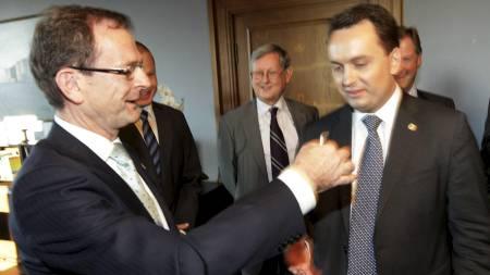 Stian Berger Røsland får nøkkelen til byrådskontoret av Erling Lae. (Foto: Bendiksby, Terje/Scanpix)