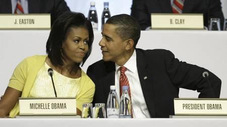 Michelle og Barack Obama på podiet i Bella Center sammen med resten av Chicagos olympiske komite. (Foto: MATT DUNHAM/AP)