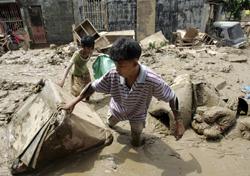 Tyfonen Ketsana førte til jordras og oversvømmelser på Filippinene i september 2009. (Foto: AP Photo/Aaron Favila)