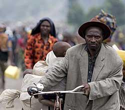 PÅ FLUKT: Tusener av kongolesere flyktet høsten 2008 etter krigshandlingene mellom Nkundas milits og regjeringshæren. (Foto: Walter Astrada)