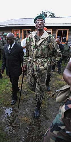 MØTTE PRESSEN: Opprørslederen Nkunda etter et møte med pressen i november 2008. (Foto: Roberto Schmidt)