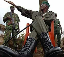 KRIGSHERRE: Laurent Nkunda sammen med to av soldatene sine i leiren i Kachanga oktober 2007. (Foto: Lionel Healing)