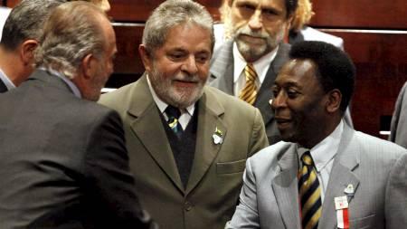 Spanias kong Juan Carlos hilser på fotballegenden Pelé og Brasils president Lula. (Foto: PAWEL KOPCZYNSKI/REUTERS)