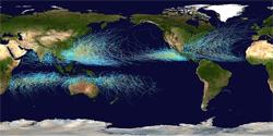 Kartet viser banen til alle tropiske sykloner i årene 1995 - 2005. (Foto: Wikimedia Commons)