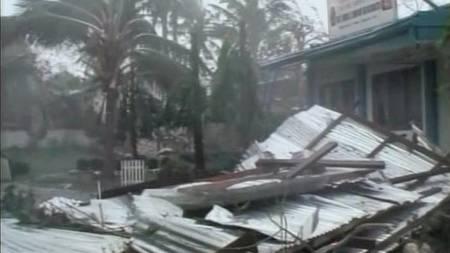 Blikktak og skur har ingen sjanse mot den kraftige vinden. (Foto: REUTERS TV/Reuters)