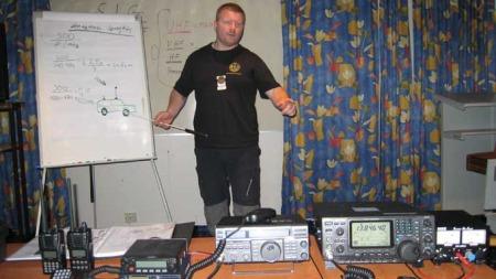 AVLYTTING: SIG-sjef Torgeir Friksen demonstrerer hva slags utstyr man kan bruke til å utføre og avsløre overvåkning. (Foto: Privat)