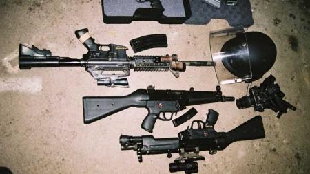 VÅPEN: Her er noen av våpenene og utstyret SIG har brukt i sine kurs. Et automatgevær av lignende type som det norske forsvaret nå har tatt i bruk. I tillegg to MP-5 maskinpistoler med spesialoptikk, nattopptikk og en kevlarhjelm med visir. (Foto: Privat)