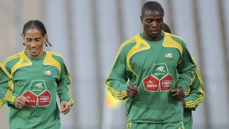 Steven Pienaar og Aaron Mokoena (Foto: ALEXANDER JOE/AFP)